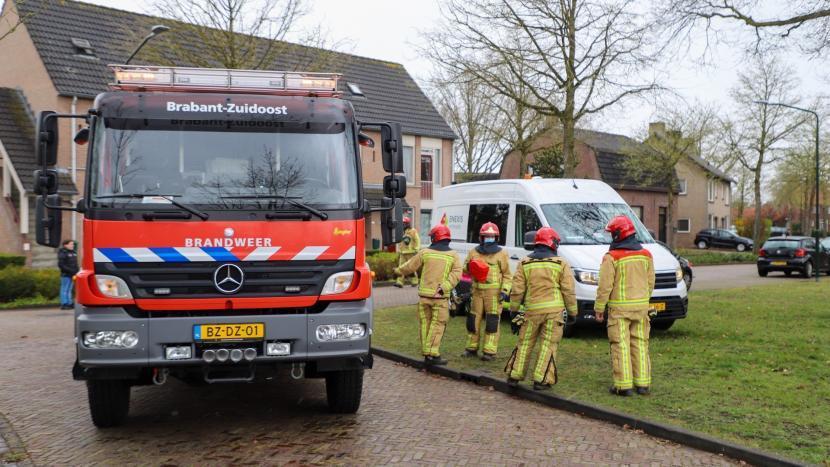 Brandweerwagen en brandweerlieden bij de gaslek in de Breeakkerstraat