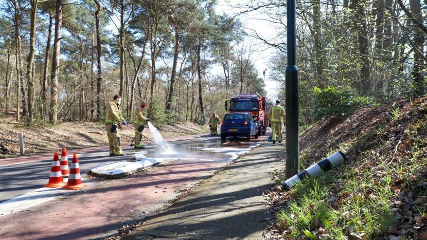 De brandweer spuit het wegdek schoon rondom het straatjuweel