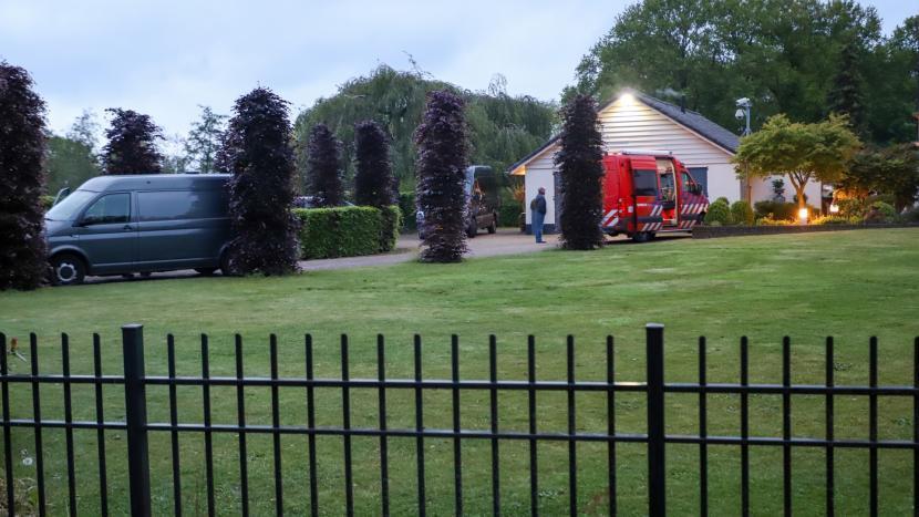 Het huis aan de vresselseweg met politie en brandweer op de oprit