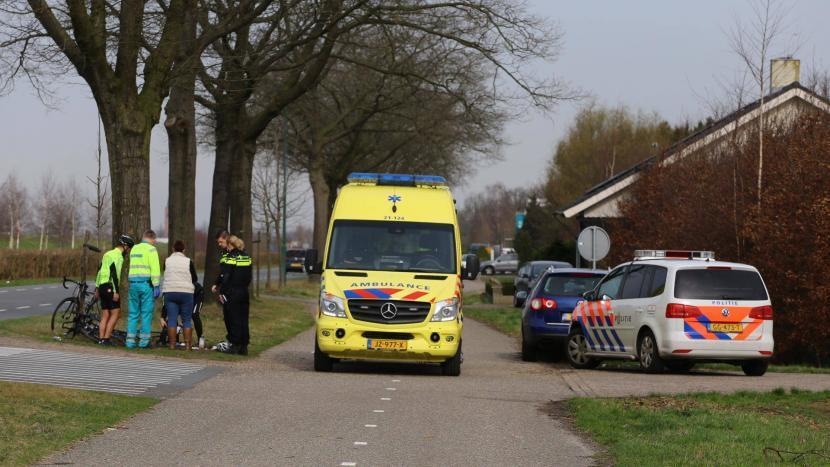 Een wielrenner is zaterdagochtend rond 10:45 uur gewond geraakt nadat hij werd aangereden door een automobiliste.