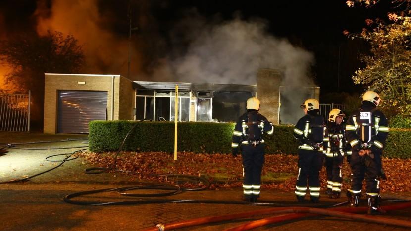 Uitslaande woningbrand in leegstaande bungalow op Ekkersrijt