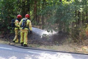 Brandweer bestrijdt meerdere bermbranden tegelijkertijd