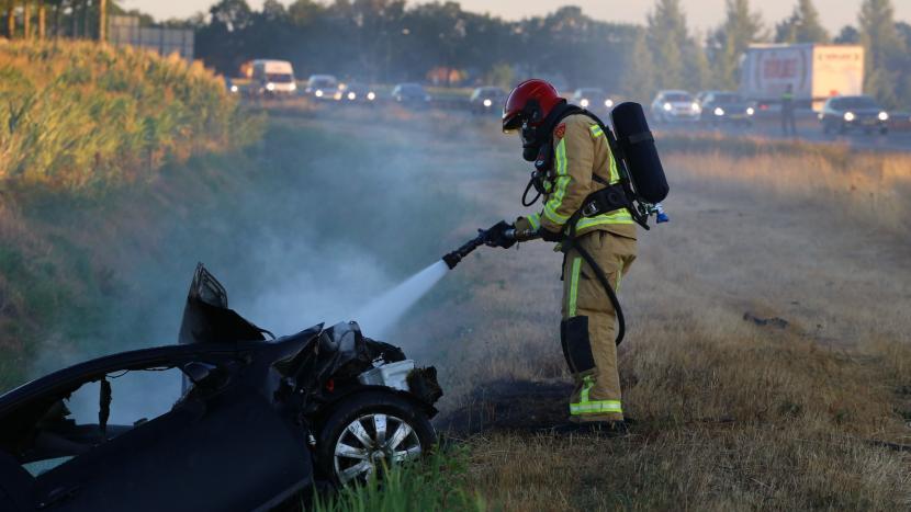 Auto schiet van A50 af de sloot in en vliegt in brand