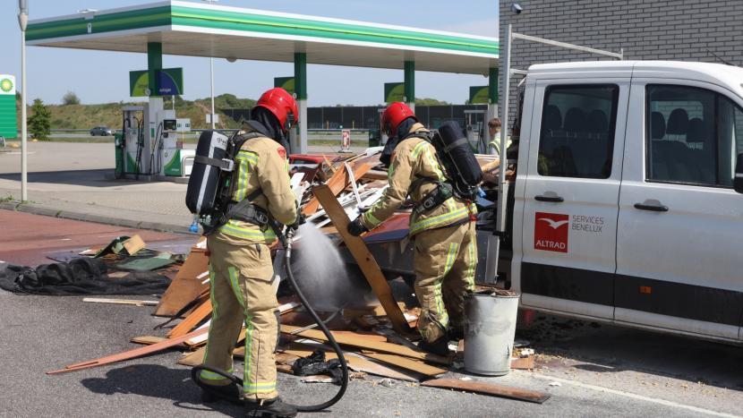 Brandweer blust een brandje achterop een vrachtwagen