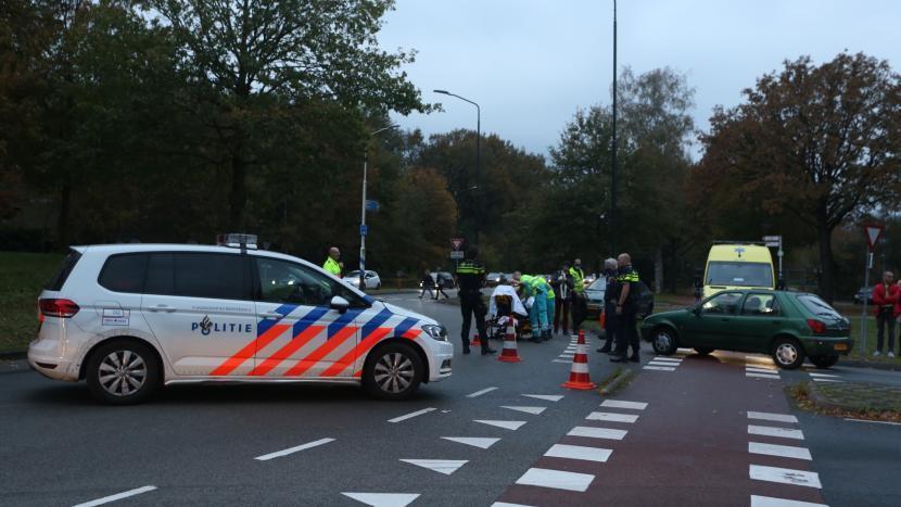 Politie zet de rotonde bij de Rooijseweg af zodat de ambulance veilig haar werk kan doen