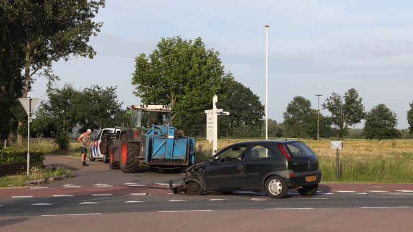 De beschadigde personenauto op de Rooijseweg