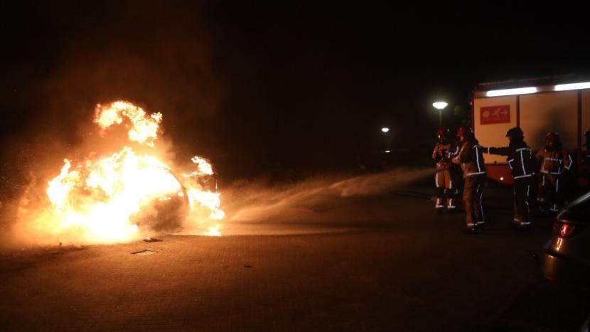 Brandweer kijkt toe hoe een auto uitbrandt in Sonniuspark