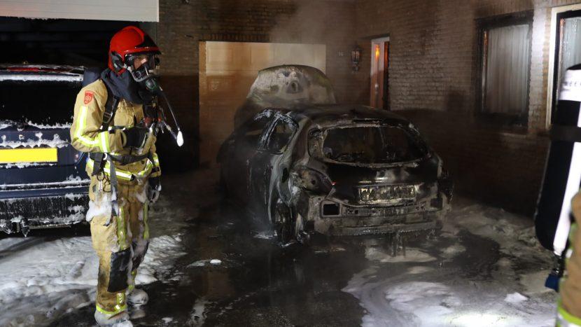 De uitgebrande auto op de oprit in de Apollolaan