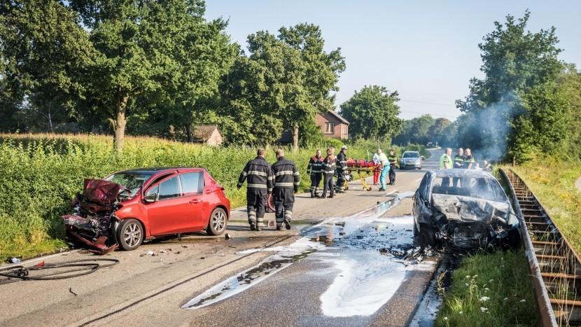 Auto vliegt in brand na ernstige frontale aanrijding Eindhovenseweg