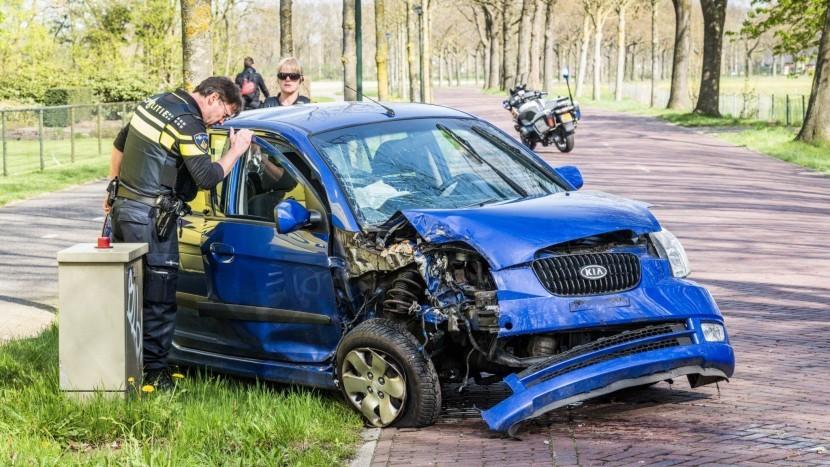 Auto klapt onderweg naar Nuenen op boom, bestuurster naar ziekenhuis