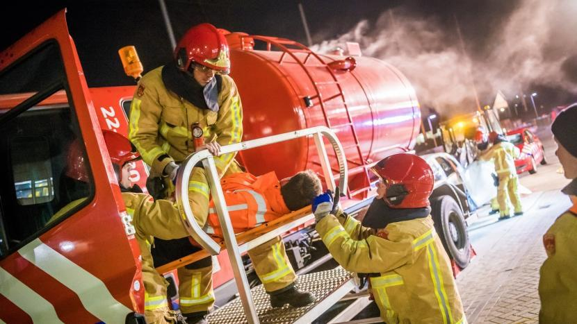 Brandweer Son en Breugel haalt slachtoffer uit cabine van een vrachtwagen