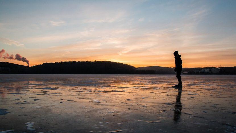 Schaatsers zakken door het ijs op het Oud Meer