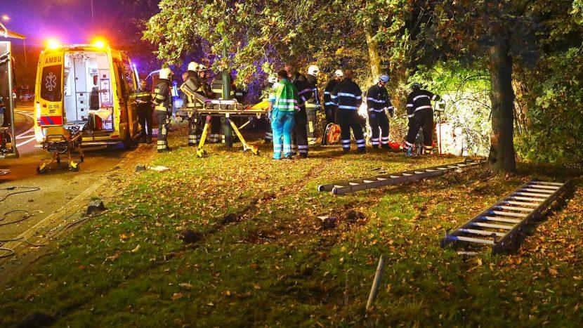 Auto rijdt van de weg op Ekkersrijt, twee gewonden